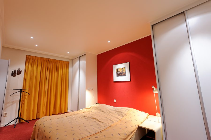 warmes Schlafzimmer rot abends